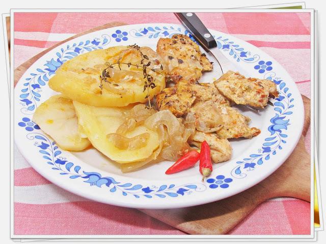 Piri - piri csirkemell érmék, hagymás krumpliszeleteken.