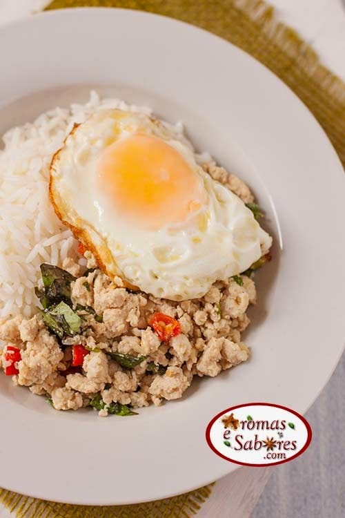Carne moída de frango com manjericão - Tailândia