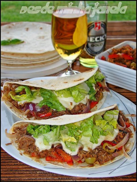 Tortillas mexicanas com enchiladas de carne e queijo