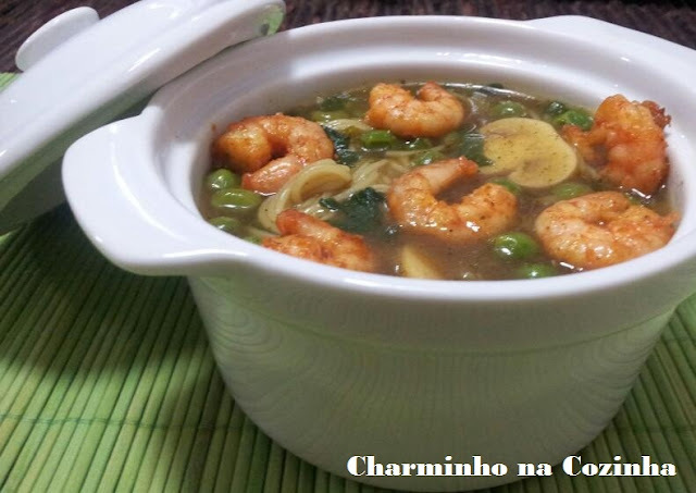sopa oriental de camarão
