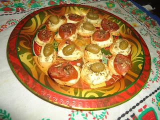Receita: Canapés com queijo branco, calabresa e azeitonas