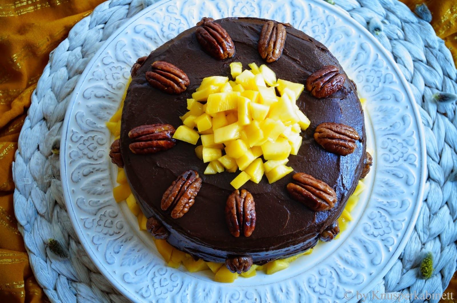 Superfood Schokoladen-Pekannuss-Torte mit Mango-Cashew-Crème