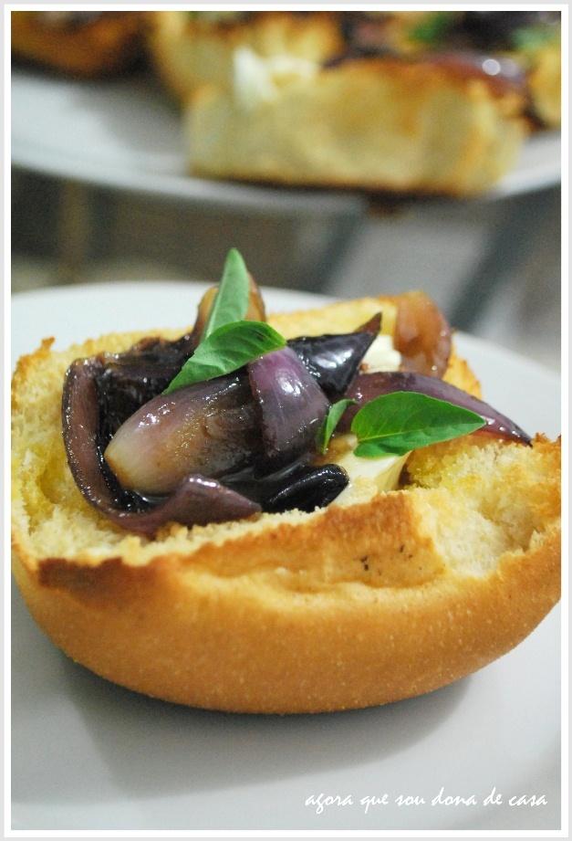 variação saborosa: bruschettas de cebola roxa caramelizada com cream cheese e manjericão fresco