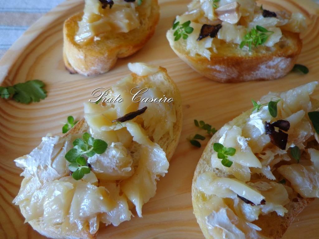 Tapas de bacalhau em azeite com alho negro e coentros frescos