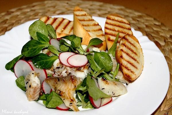 Salát s grilovanou tilapií a ředkvičkami