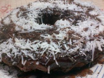 Bolo de chocolate e coco ralado