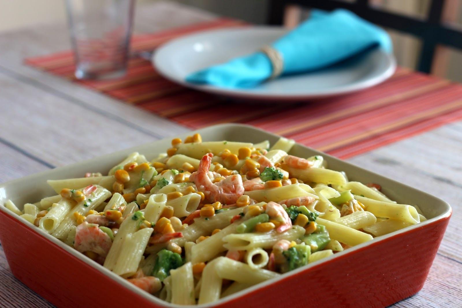 Salada fria de macarrão com camarões