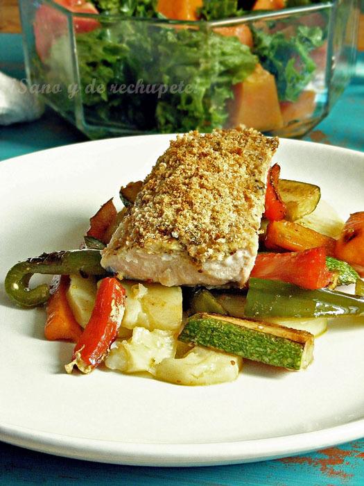 Salmón en costra sobre cama de papas y verduras (al horno)