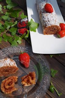 Gâteau roulé aux biscuits roses et à la confiture