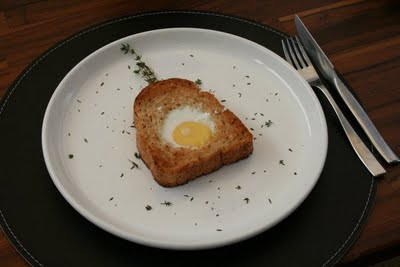 Pão multigrãos recheado com ovo e azeite trufado