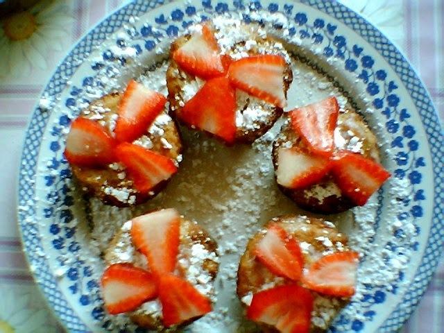 de cupcakes laranja com recheio de morango