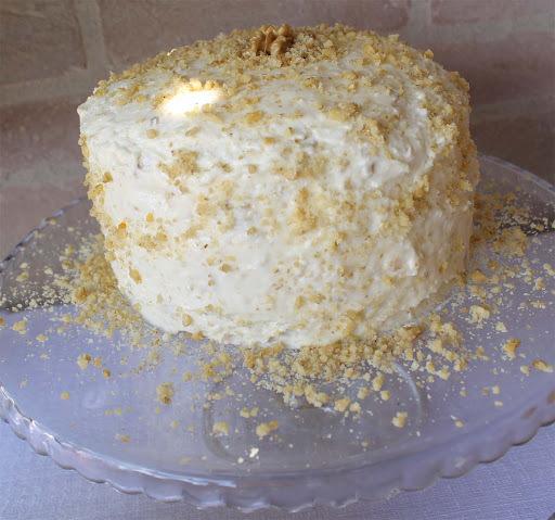 Maravilhoso Bolo de Coco com Cobertura de Cream Cheese e Nozes