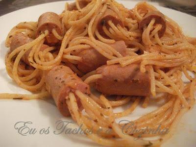 Espaguetes enfiados em salsichas