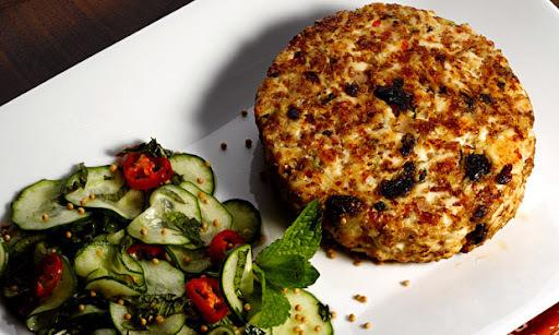 Hambúrguer de Frango com Salada de Pepino
