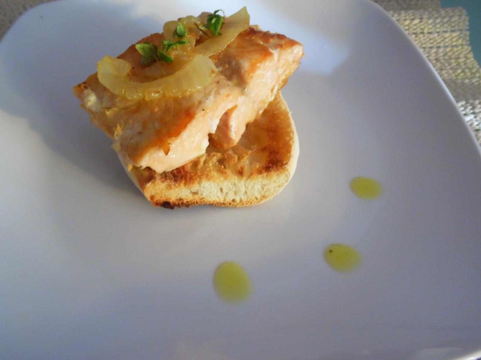 Salmão grelhado com cebola frita