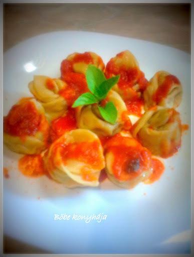 Cukkinis tortellini, füszeres paradicsom-mártásban.