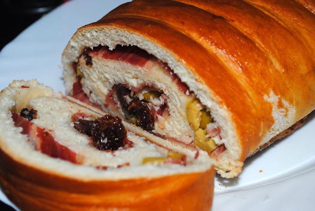 Pan relleno de jamón y tomatitos secos