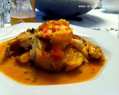 Cataplana de peixe, camarão e mexilhão.