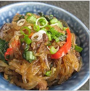 Wok de fideo de arroz, cubitos de res y verduras (30 minutos)