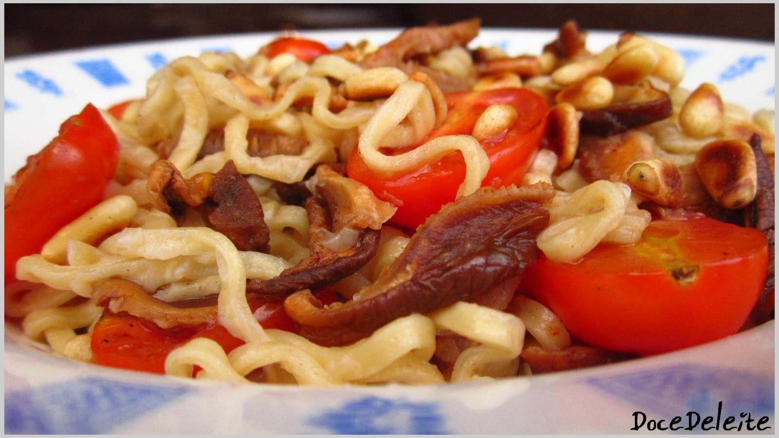 Macarrão com Tomate Cereja, Cogumelos e Pinolis