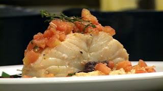 Lombo de bacalhau, concassé de tomate e purê de feijão branco