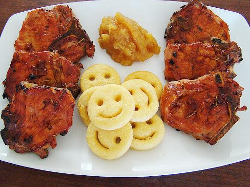 Ceia de Natal - chuleta suína ao molho barbecue, batatas fritas e purê de maçã com canela