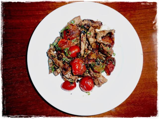 Panenka s balsamico-cesnakovými paradajkami