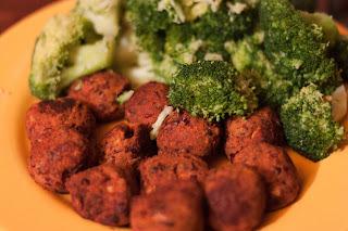 Kidneybohnenbällchen mit Broccoli