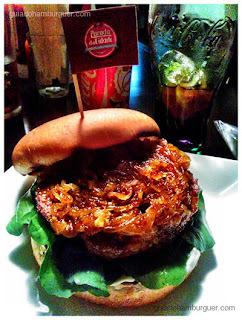 Hambúrguer de maminha e blue cheese com cebola frita