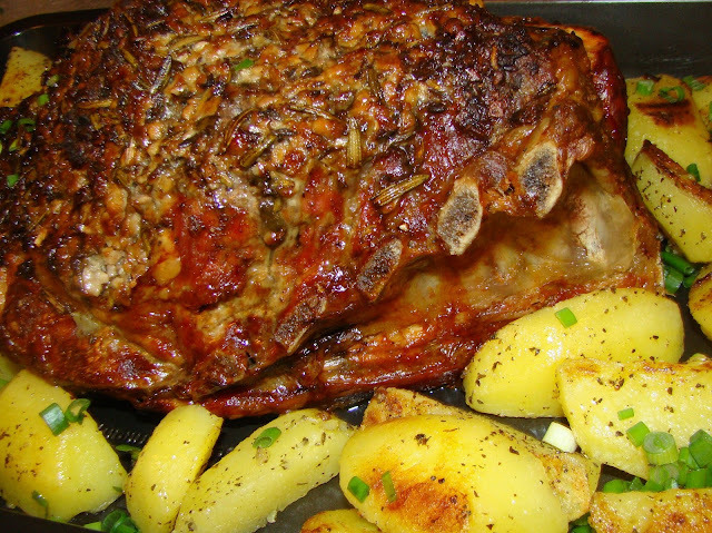 Costela de porco com crosta de alho e ervas