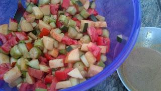 Salada de Pepino, Maçã, Tomate e Quiabo com Molho Teriyaki