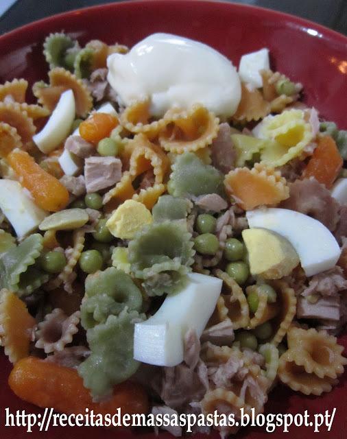 Salada fria de massa com atum e vegetais