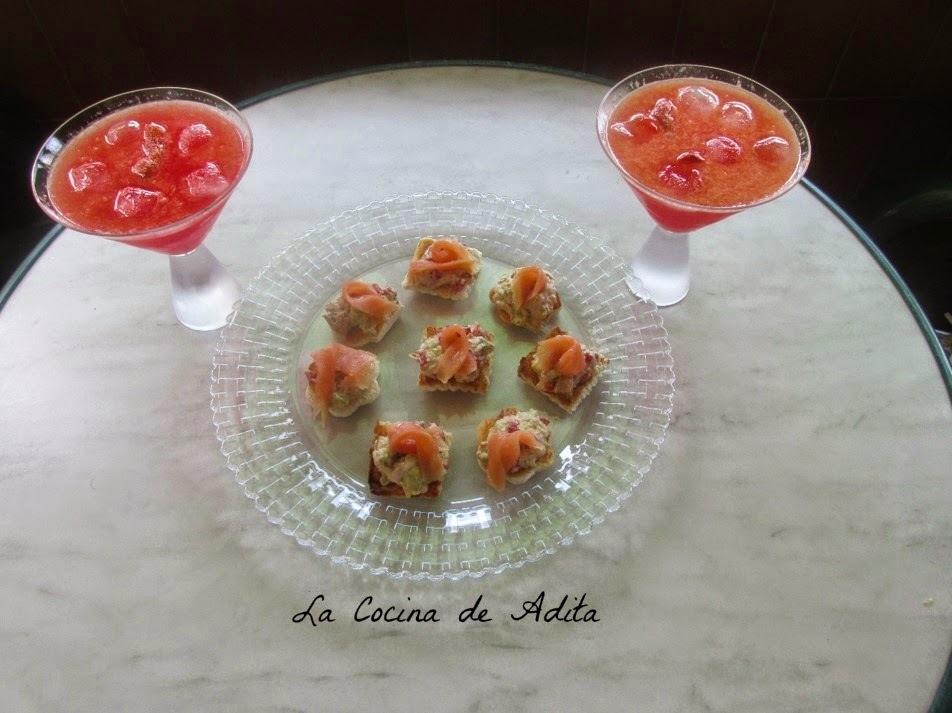 Cóctel de frutas, con canapés de aguacate y bonito