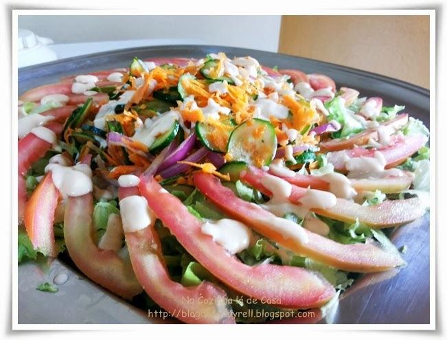 Salada de Cenoura e Pepino Agridoce e Molho de Iogurte ao Limão