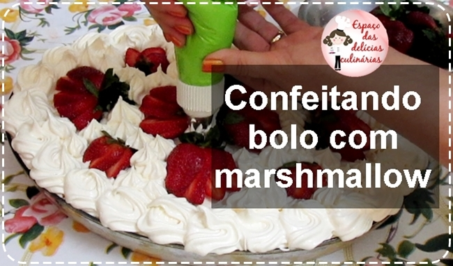 Confeitando bolo de travessa com marshmallow, sabor chocolate branco
