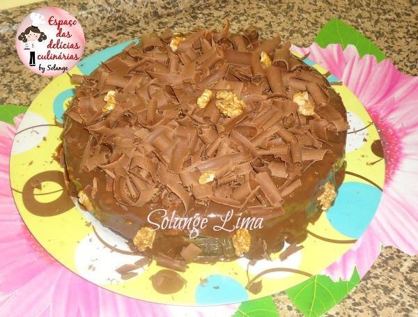 Bolo de chocolate com brigadeiro e nozes