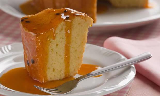 Bolo cítrico de laranja e limão com calda de maracujá