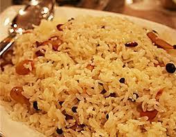 arroz escuro com passas e amendoas
