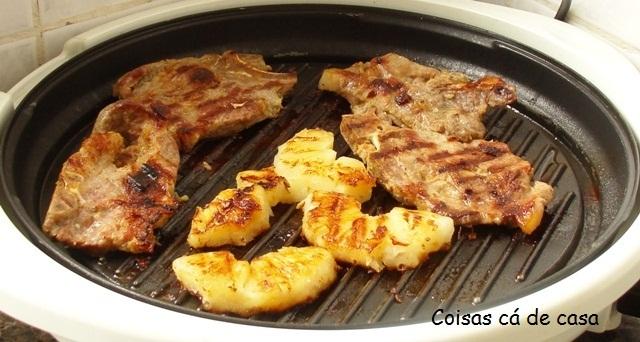 Bisteca de porco grelhada com abacaxí