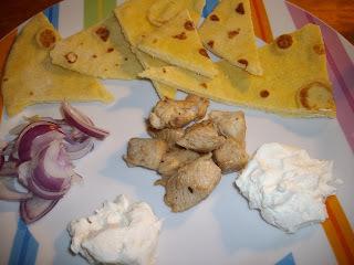 Balzsamecetes-mézes csirkemell tortillával és fetás mártogatóssal