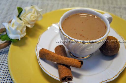 Café com leite e canela.
