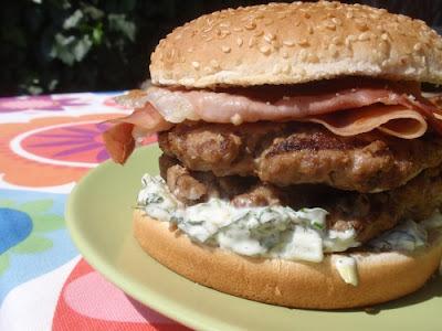 Hamburger s mätovou majonézou a slaninou a rozmarínový cheeseburger s rukolou