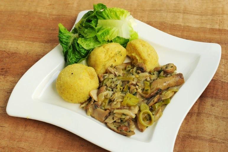 Kartoffelknödel auf Steinpilz-Champignon-Sauce