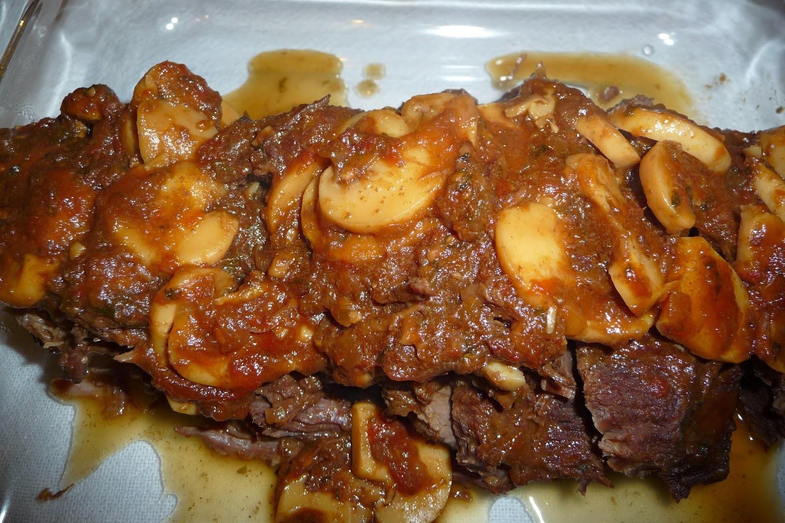Carne assada com molho de vinho
