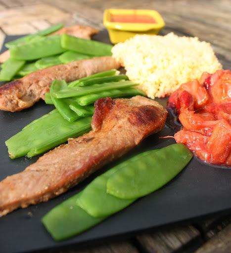 Aiguillettes de canard aux pois gourmands, sauce rhubarbe-cerise