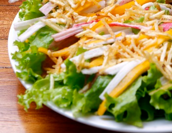 salada de alface tomate cereja manga e kani