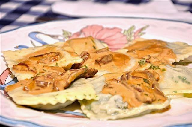 Ravioles caseros de espinaca con salsa de hongos o salsa puttanesca