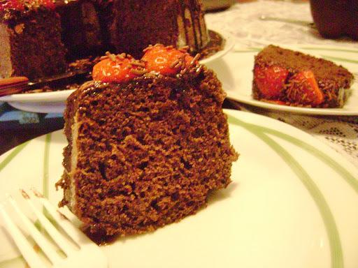 bolo de chocolate decorado com guloseimas