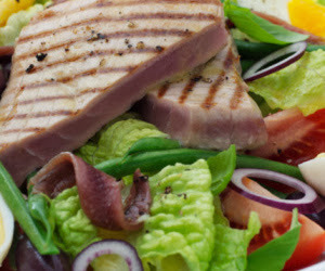salada de atum, espinafre e tomate cereja.