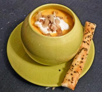 Velouté de carottes, mousse au fromage de chèvre et éclats de noix